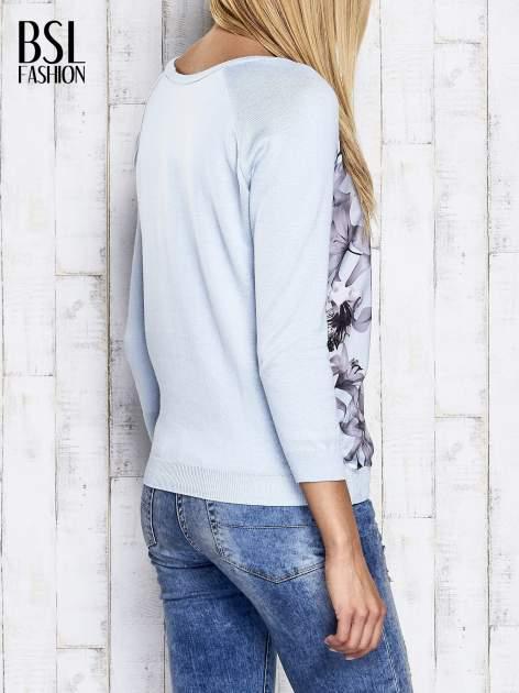 Jasnoniebieski kwiatowy sweter z łączonych materiałów                                  zdj.                                  6