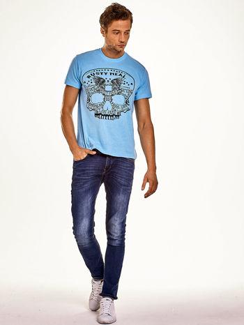 Jasnoniebieski t-shirt męski z nadrukiem czaszki i napisami                                  zdj.                                  4