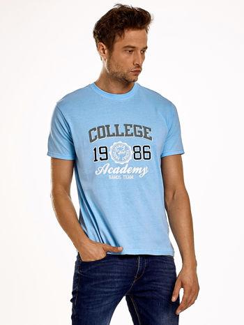Jasnoniebieski t-shirt męski z nadrukiem i napisem COLLEGE 1986                                  zdj.                                  1