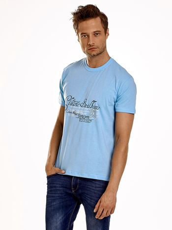 Jasnoniebieski t-shirt męski z napisami i liczbą 83                                  zdj.                                  1