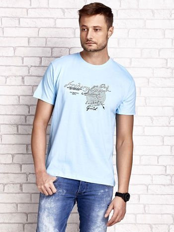Jasnoniebieski t-shirt męski ze sportowym nadrukiem i napisami                                  zdj.                                  1