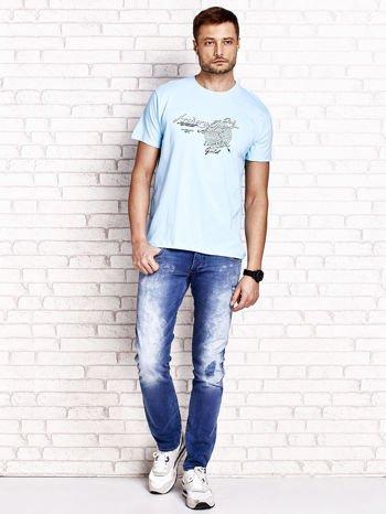 Jasnoniebieski t-shirt męski ze sportowym nadrukiem i napisami                                  zdj.                                  4