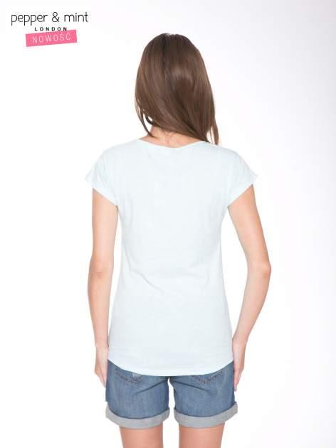 Jasnoniebieski t-shirt z kwiatowym nadrukiem i złotym napisem                                  zdj.                                  4