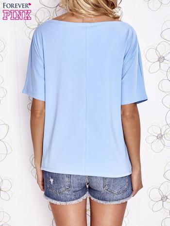 Jasnoniebieski t-shirt z limonkowymi pomponikami przy dekolcie                                  zdj.                                  4