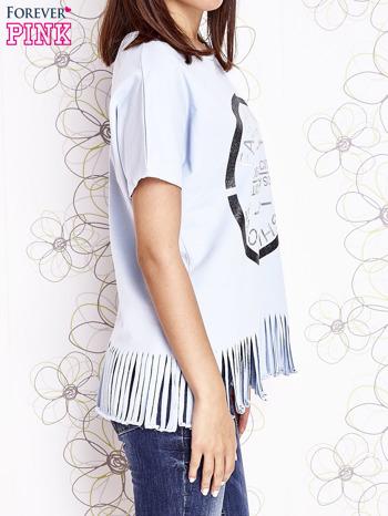 Jasnoniebieski t-shirt z nadrukiem i frędzlami                                  zdj.                                  3