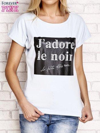 Jasnoniebieski t-shirt z napisem J'ADORE LE NOIR                                  zdj.                                  1
