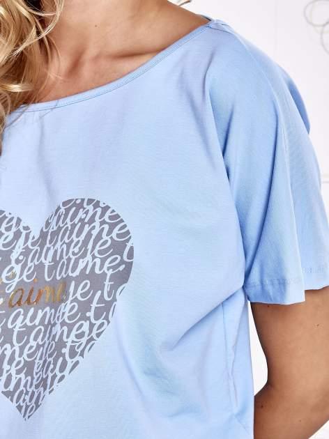 Jasnoniebieski t-shirt z napisem JE T'AIME i dekoltem na plecach                                  zdj.                                  5