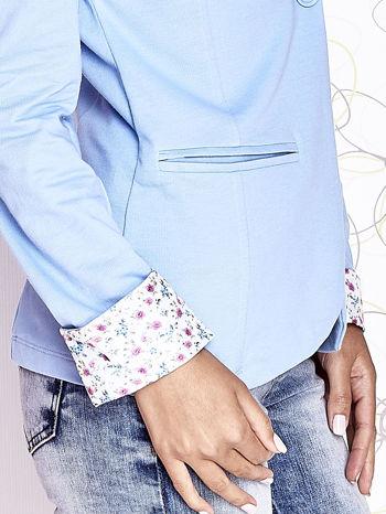 Jasnoniebieski żakiet z kwiatowym wykończeniem rękawów                                  zdj.                                  7