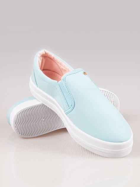 Jasnoniebieskie buty slip on na grubej podeszwie