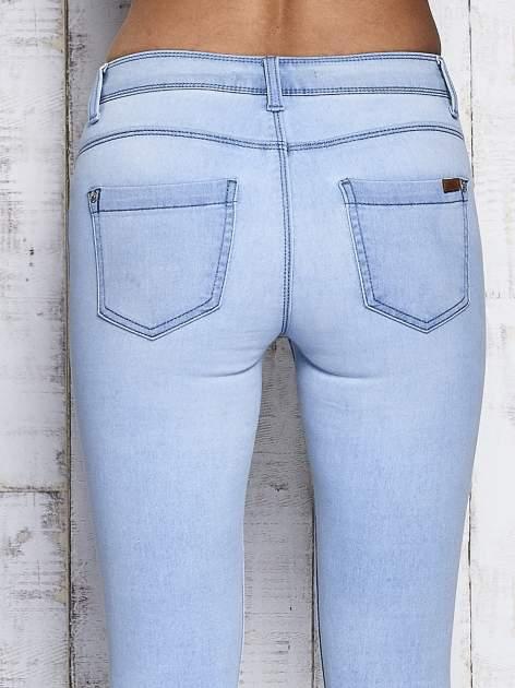 Jasnoniebieskie dopasowane spodnie jeansowe                                   zdj.                                  6