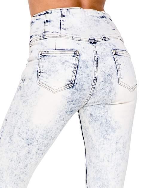 Jasnoniebieskie gorsetowe spodnie jeansowe typu skinny                                  zdj.                                  7