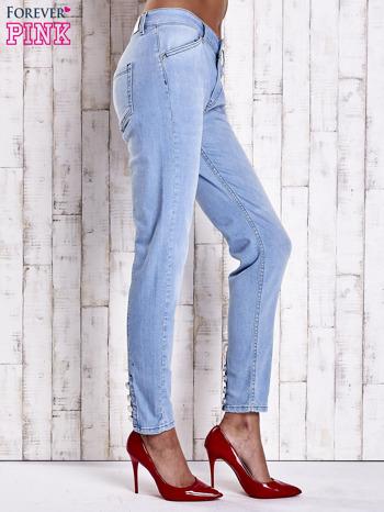 Jasnoniebieskie jeansowe spodnie z guzikami na nogawkach                                  zdj.                                  2