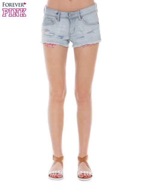Jasnoniebieskie jeansowe szorty z wystającymi kieszeniami