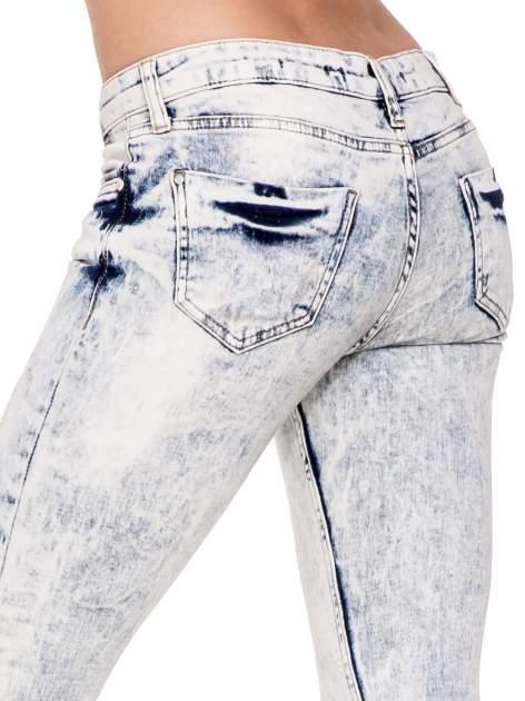 Jasnoniebieskie przecierane spodnie skinny jeans marmurki                                  zdj.                                  6