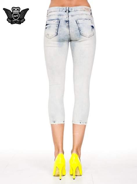 Jasnoniebieskie spodnie jeansowe 3/4 z przetarciami                                  zdj.                                  5