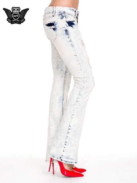 Jasnoniebieskie spodnie jeansowe dzwony z przecieraną i rozjaśnianą nogawką                                  zdj.                                  3
