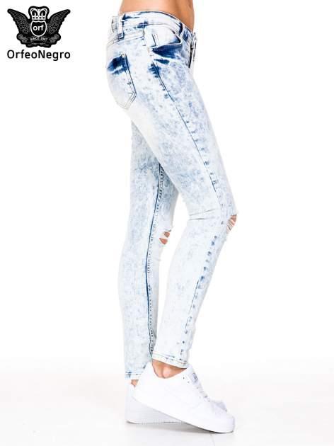 Jasnoniebieskie spodnie jeansowe rurki z dziurami na kolanach                                  zdj.                                  3