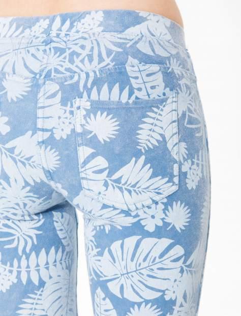 Jasnoniebieskie spodnie jeansowe typu jegginsy w kwiaty                                  zdj.                                  5
