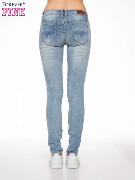 Jasnoniebieskie spodnie jeansowe z dziurami                                  zdj.                                  4