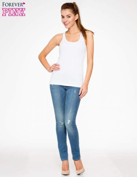 Jasnoniebieskie spodnie jeansowe z przetarciami                                  zdj.                                  2