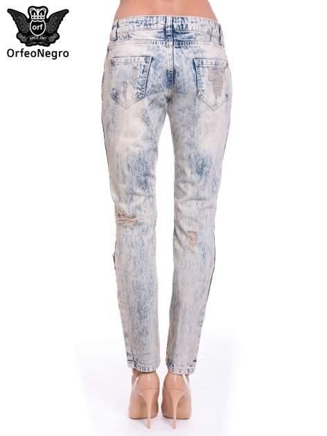 Jasnoniebieskie spodnie jeansowe z przetarciami na nogawkach                                  zdj.                                  4