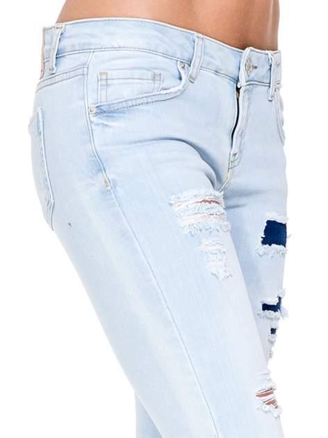 Jasnoniebieskie spodnie jeasnowe skinny jeans z łatami i dziurami                                  zdj.                                  6