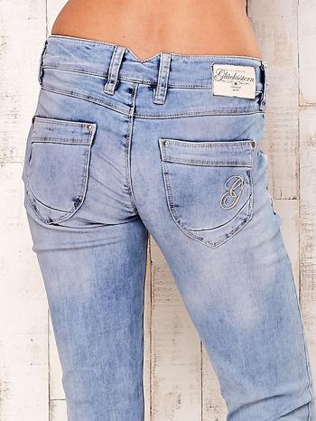 Jasnoniebieskie spodnie regular jeans z naszywką gwiazdki                                  zdj.                                  5