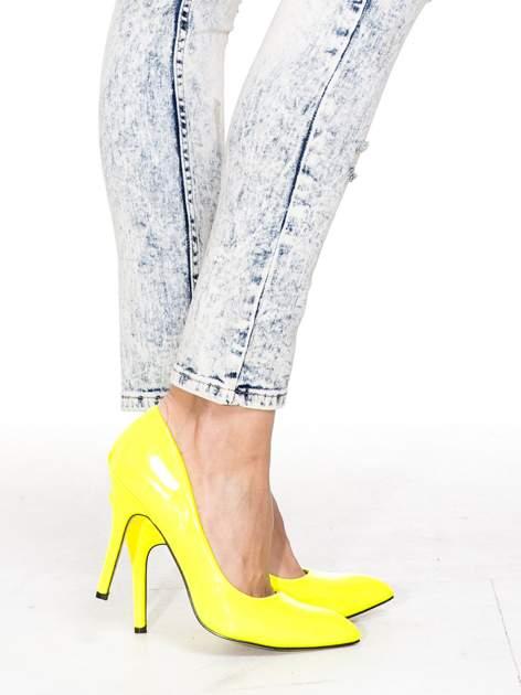Jasnoniebieskie spodnie skinny jeans z dekatyzowaniem i przetarciami                                  zdj.                                  7