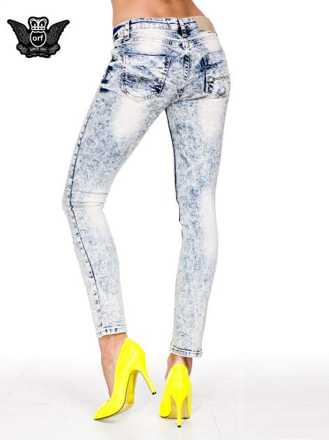 Jasnoniebieskie spodnie skinny jeans z dekatyzowaniem i przetarciami                                  zdj.                                  4
