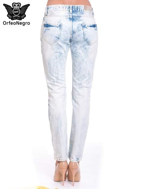Jasnoniebieskie wycierane jeansowe rurki z dziurami                                  zdj.                                  4