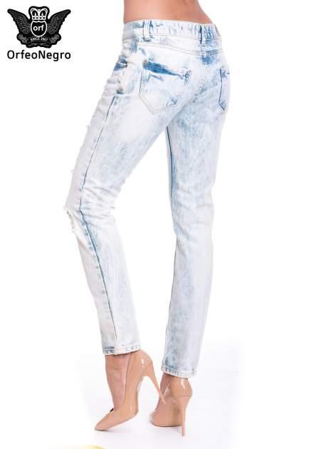 Jasnoniebieskie wycierane jeansowe rurki z dziurami                                  zdj.                                  5