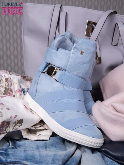 Jasnoniebieskie zamszowe sneakersy bandage z klamerką Lucky                                  zdj.                                  1
