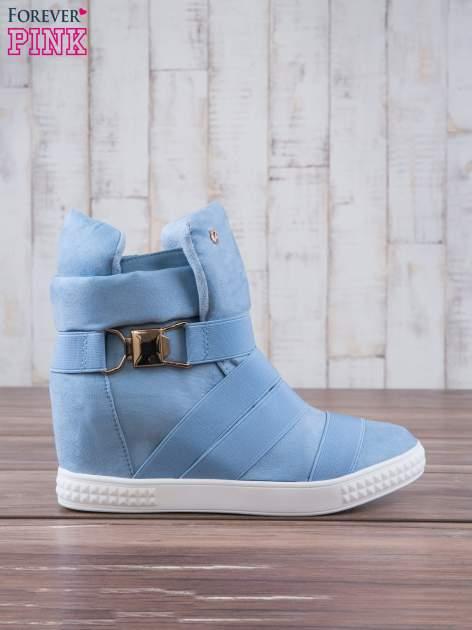 Jasnoniebieskie zamszowe sneakersy bandage z klamerką Lucky                                  zdj.                                  2