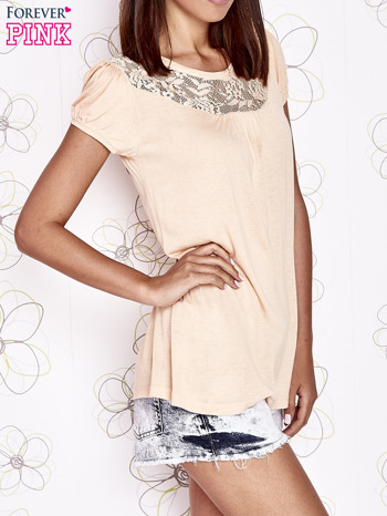 Jasnopomarańczowy t-shirt z ażurowym motywem                                  zdj.                                  3