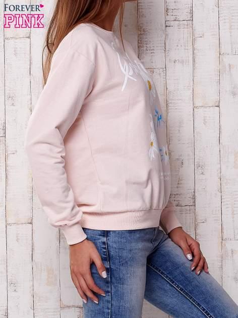 Jasnoróżowa bluza z nadrukiem kwiatowym i napisem                                  zdj.                                  3