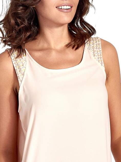 Jasnoróżowa bluzka koszulowa z koralikami przy ramionach                                  zdj.                                  5