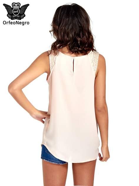 Jasnoróżowa bluzka koszulowa z koralikami przy ramionach                                  zdj.                                  4