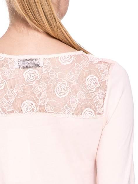 Jasnoróżowa bluzka z karczkiem z koronki w róże                                  zdj.                                  6