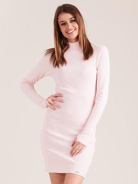 Jasnoróżowa dopasowana sukienka z półgolfem                              zdj.                              1