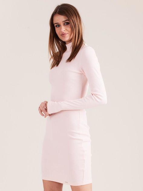 Jasnoróżowa dopasowana sukienka z półgolfem                              zdj.                              3