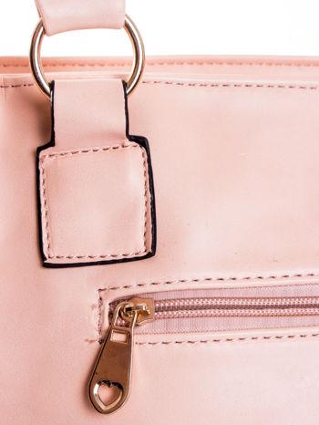 Jasnoróżowa pikowana torba na ramię                                  zdj.                                  7