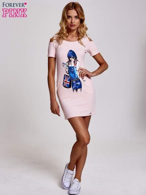 Jasnoróżowa sukienka dresowa cut out shoulder z nadrukiem dziewczyny                                  zdj.                                  2