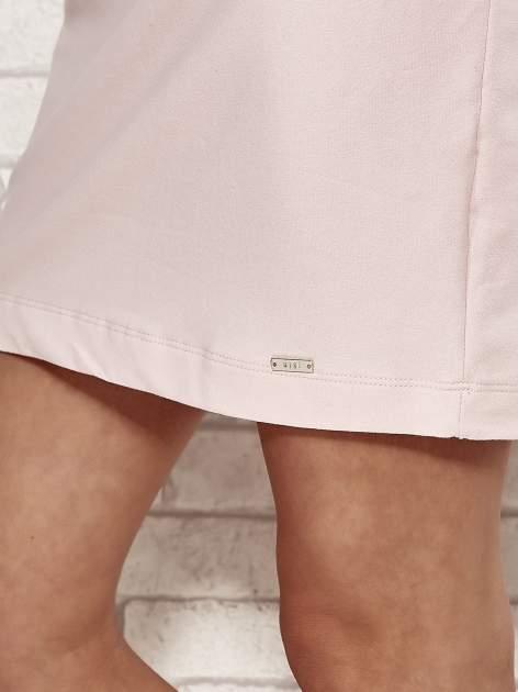 Jasnoróżowa sukienka dresowa o prostym kroju                                  zdj.                                  5