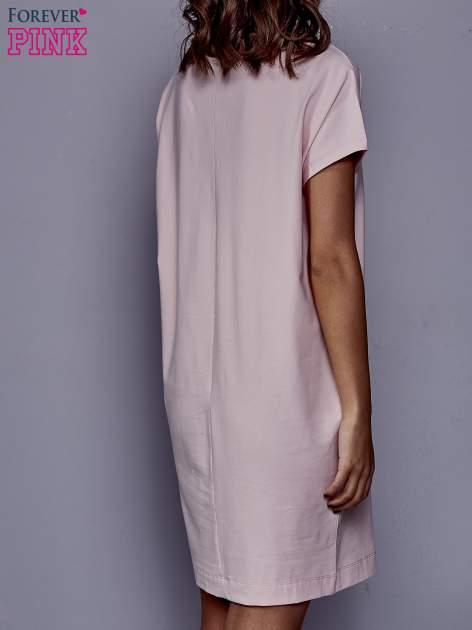 Jasnoróżowa sukienka dresowa z kieszeniami po bokach                                  zdj.                                  4