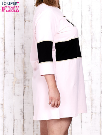 Jasnoróżowa sukienka dresowa z napisem DÉJÀ VU PLUS SIZE                                  zdj.                                  3