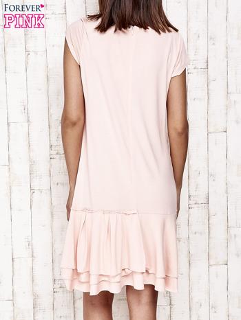 Jasnoróżowa sukienka dresowa z ozdobną falbaną                                  zdj.                                  4
