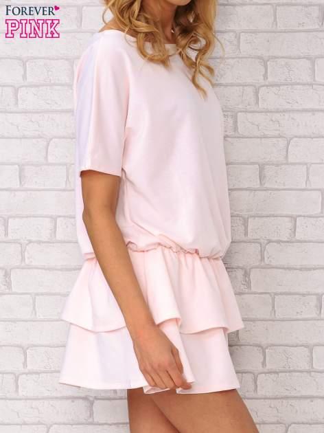Jasnoróżowa sukienka dresowa z podwójną falbaną                                  zdj.                                  3