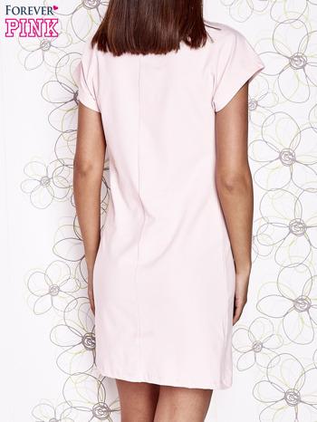 Jasnoróżowa sukienka z cekinowym motylem                                  zdj.                                  4