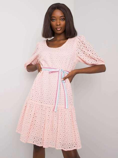 Jasnoróżowa sukienka z falbaną Maray