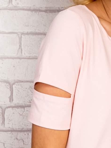Jasnoróżowa sukienka z rozcięciami na rękawach                                  zdj.                                  5